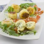 Mit Ricotta-Rucola gefüllte Gnocchi an einer Tomatensalsa
