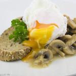 Cremig gebratene Pilze mit pochiertem Ei