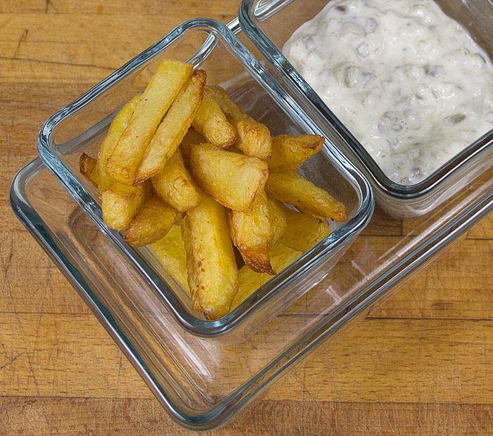Chips neben sauce Tartar